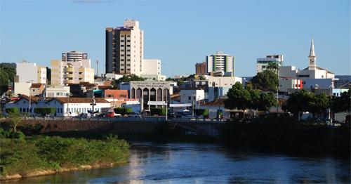 O Rio Grande, afluente do São Francisco, corta a cidade com suas águas calmas e azuis